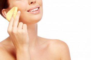 mujer con esponja, limpieza facial