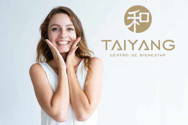 mujer feliz con tratamiento para eliminar arrugas en Taiyang