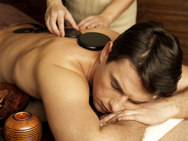 masaje masculino piedras volcánicas